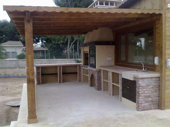 Con tejado y vigas de madera barbacoas cocinas y for Piedras para patios exteriores