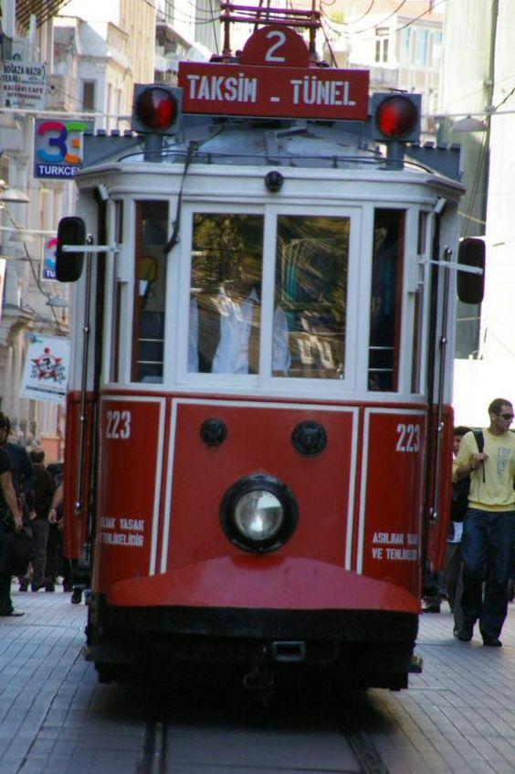 J'y suis allée....TURQUIE, Istanbul - Tramway dans lancienne grand-rue de Péra