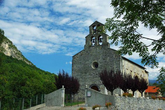 """Surba (Ariège)  Église Saint-Nicolas. """" Eglise du 12e siècle, avec nef rectangulaire, choeur à abside circulaire de type roman.:"""