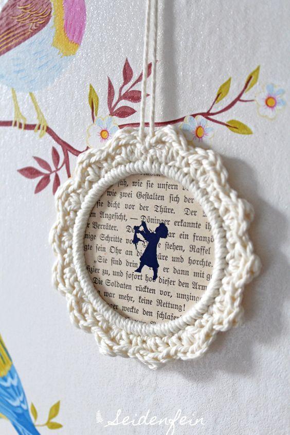 Seidenfeins Dekoblog : gehäkelter Rahmen DIY von roesis.blogspot.ch * crochet frame