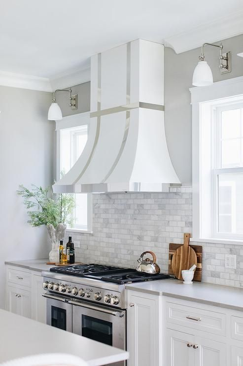 White Shaker Cabinets Topped With A, White Shaker Kitchen Cabinets With Quartz Countertops