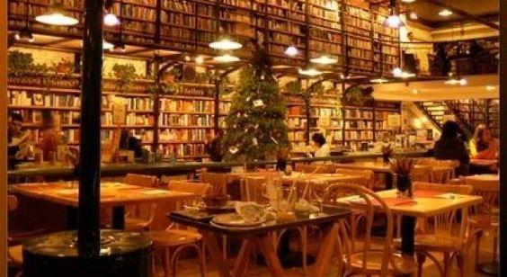 Éste es una librería en México adónde puede comer, también. Se venden libros y comidas. Es interesante que no es solamente una librería, pero es una librería y comedor.