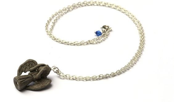 Weeping Angel necklace Doctor Who Etsy su https://www.etsy.com/it/listing/227279324/collana-angeli-piangenti-in-pasta