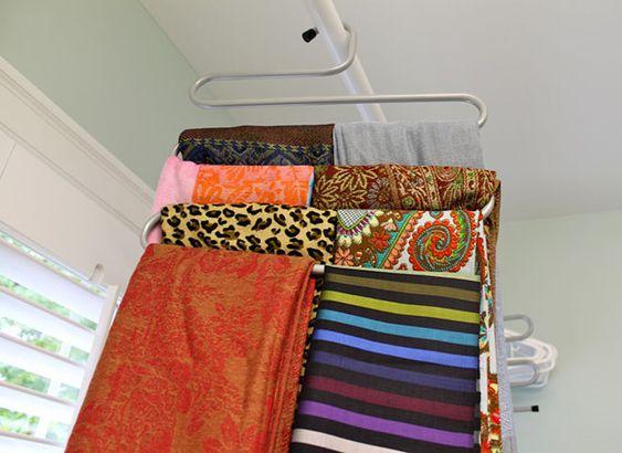 Outra maneira de organizar os lenços e pendurando eles em cabides. Nesse modelo que é para calças cabem vários e você consegue visualizar todos que tem.
