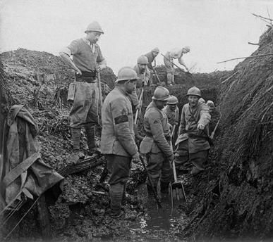WW1, Battle of Verdun, 1916: French soldiers digging in muddy trench near Fort…