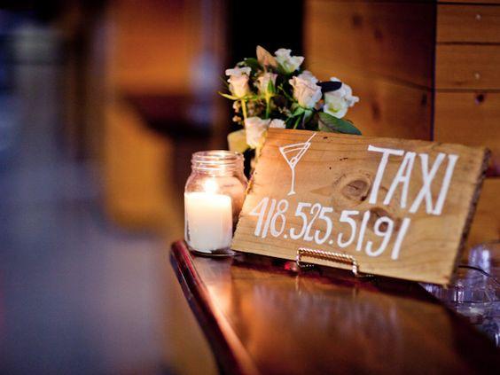 Si toutefois un jour nous organisions une fête susceptible de durer tard, et d'impliquer quelques invités un peu trop alcoolisés... Voici la bonne idée : un panneau avec le numéro de téléphone pour le taxi !
