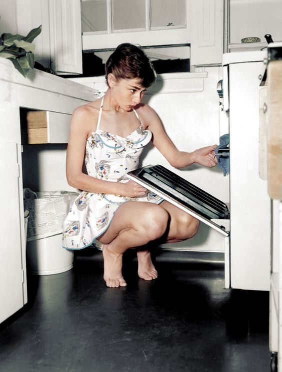 Audrey Hepburn, ícone do cinema e da moda, no filme Breakfast at Tifanny's. Audrey fez outros filmes icônicos como Funny Face.