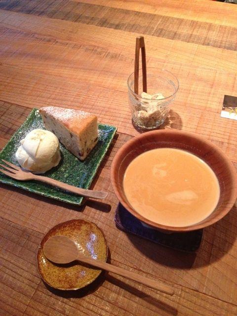 photo:06 ギャラリー無垢里さんでのもうひとつの楽しみはカフェタイム 今日は、オサル食堂自家製チャイマサラで作るチャイと 甘栗とマロンのケーキ チャイはスパイシーでクセになるおいしさなんです マロンケーキは石川若彦さんの織部皿でいただきました