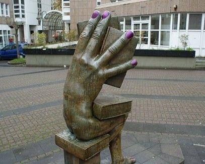 """Seit 1987 sitzt der """"Buchhändler"""" von Michael Schwarze auf der Heinz-Schmöle-Straße. Nun erhielt die Skulptur eine ungewollte Maniküre.:"""