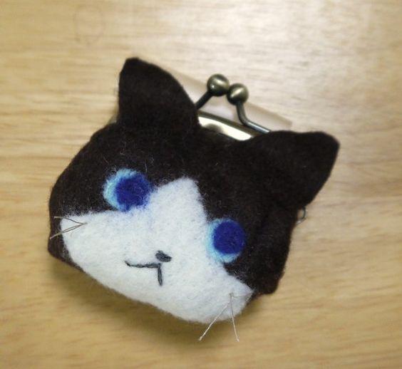 猫の小さながまぐちです。フェルトに植毛して模様を付けました。裏地は付いていません。金具との接合部分以外には接着剤を使用していません。その為、触り心地は厚みがあ...|ハンドメイド、手作り、手仕事品の通販・販売・購入ならCreema。