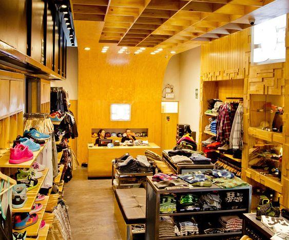 Esta imagen muestra el interior de una pequeña zapatería en América del Sur. Se vende muchos tipos diferentes de zapatos.