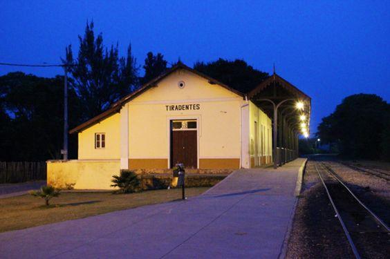 Estação de Trem de Tiradentes no começo da noite. - https://abussolaquebrada.wordpress.com/2014/12/04/tiradentes/