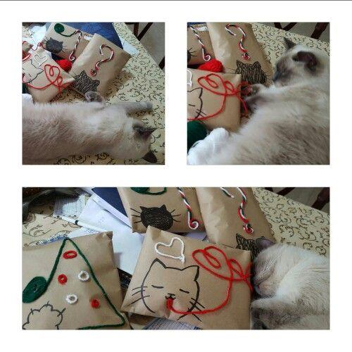 Dante cansado de envolver regalitos para el amigo secreto.