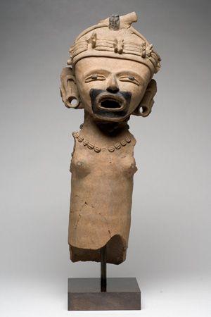 Figurilla antropomorfa femenina Cultura huasteca 1325 - 1521 d. C. Arcilla 60 x 21 x 13 cm. Colección CONACULTA-INAH-MEX