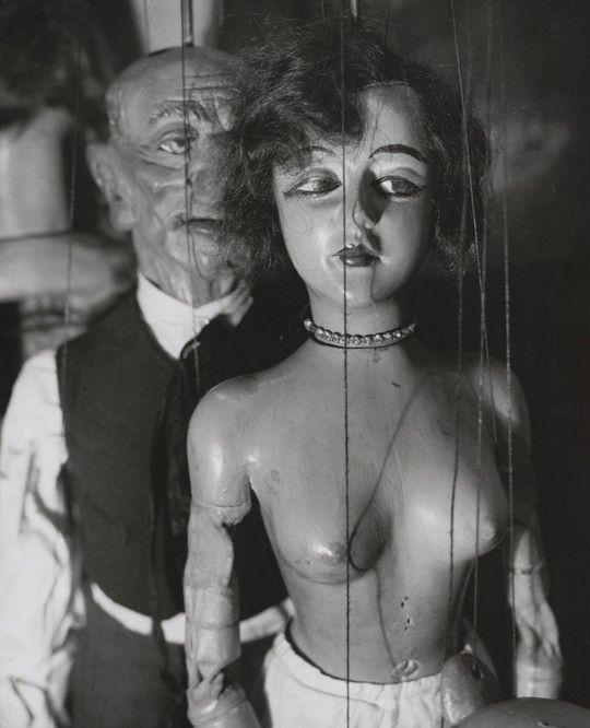 André Kertész. Marionnettes de Pilsner. 1929: