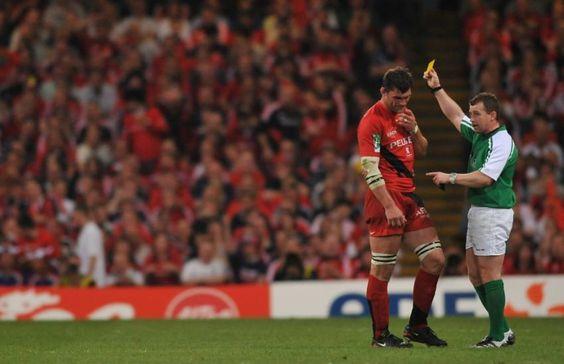 QUAND PELOUS VOIT JAUNE Cardiff, 2008. Toulouse ne peut pas grand chose face à la puissance des avants du Munster. Son capitaine, Fabien Pelous, décoche un coup de pied dans l'arrière-train d'un Irlandais, hors-jeu, et écope d'un carton jaune. L'ouvreur Ronan O'Gara inscrit alors le but de la victoire, 16-13, douloureuse pour les Toulousains. (L'Equipe)