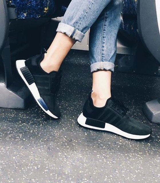 Mit seiner einzigartigen Kombination aus verschiedenen Formen und Materialien verkörpert der NMD_R1 die Innovationskraft unserer Marke. Die sockenähnliche Konstruktion und die auffälligen Retro-Details verschmelzen zu einem dynamischen Sneaker. Mit seinem Wildleder-Jersey-Mix und der reaktionsfreudigen boost™ Zwischensohle setzt dieser Schuh auch in Sachen Flexibilität und Stabilität ganz neue Maßstäbe.