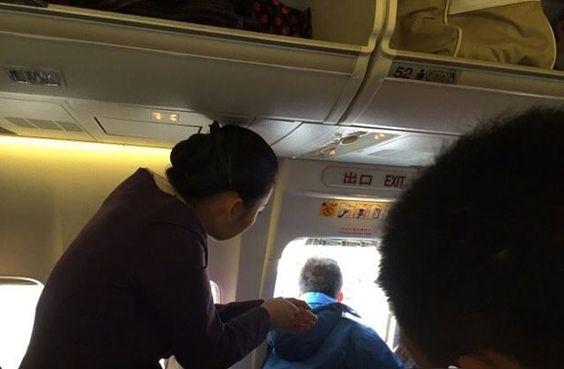 """Chinês abre porta de emergência de avião para """"apanhar ar"""" http://angorussia.com/noticias/mundo/chines-abre-porta-de-emergencia-de-aviao-para-apanhar-ar/"""