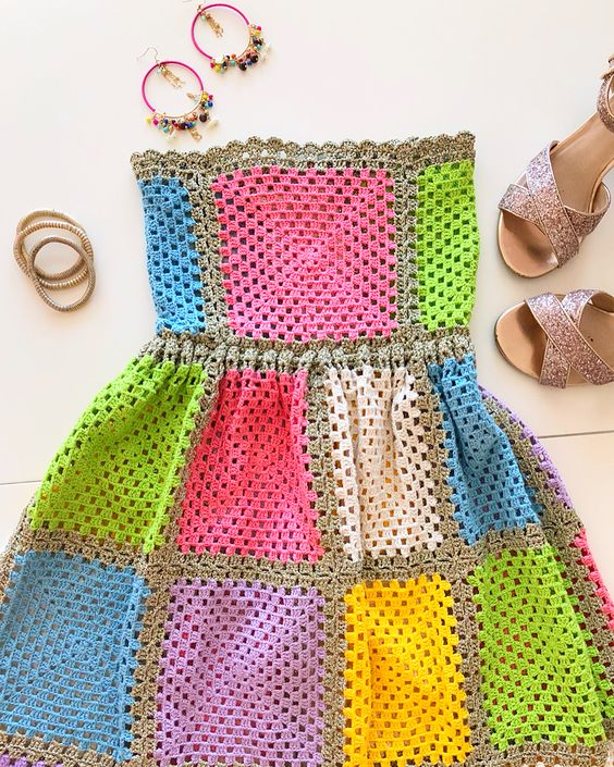 Birde bu elbisem vardı benim sizinle paylaşmayı unuttuğum, biraz kokoş bir elbise. Bu tasarım ...