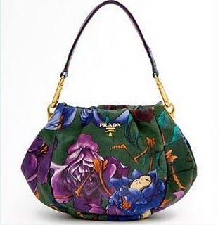 Lembra chita? A bolsa pertence à ultima coleção da grife italiana e possui as padronagens da estampa bem similares às da chita