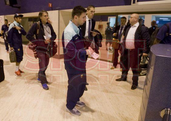 Messi, triste y abatido en el aeropuerto de Sevilla