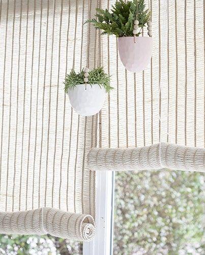 Estores de yute natural para interior de sala de yoga. También me gustan los cuenquitos colgantes con plantas.