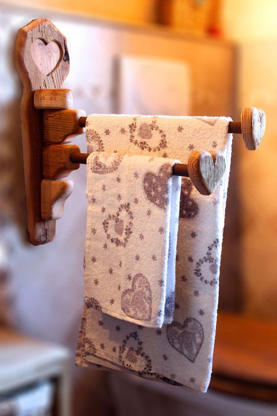 Porta asciugamani da bagno in legno rustico di alpinedecor for Arredo bagno porta asciugamani