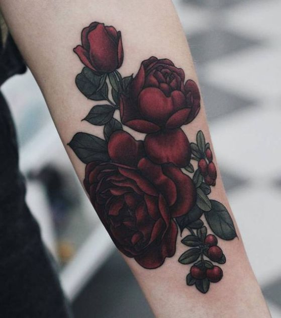 flowers blooming tattoo in arm. Tatuaje de flores rojas floreciendo en el brazo
