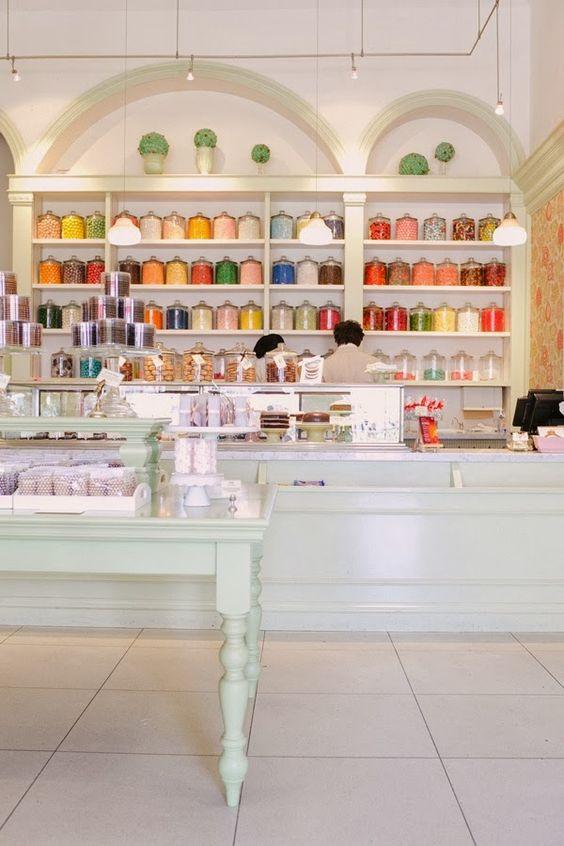 Encuentro a menudo tiendas que me encantan; mercerías llenas de cintas y botones  en las que pasaría horas, papelerías llenas de sellos y t...