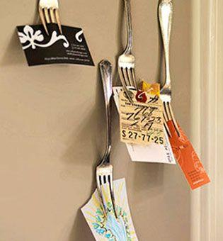 """Como transformar<a href=""""http://bbel.com.br/decoracao/post/bbel-viu-e-gostou/como-reutilizar-talheres-na-decoracao-da-cozinha"""">talheres</a> antigos em outras peças para decorar a cozinha ou a mesa de refeições."""