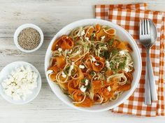 Spaghetti mit Möhren, Schafskäse und Sesam | Kalorien: 487 Kcal - Zeit: 30 Min. | http://eatsmarter.de/rezepte/spaghetti-mit-moehren-schafskaese-und-sesam