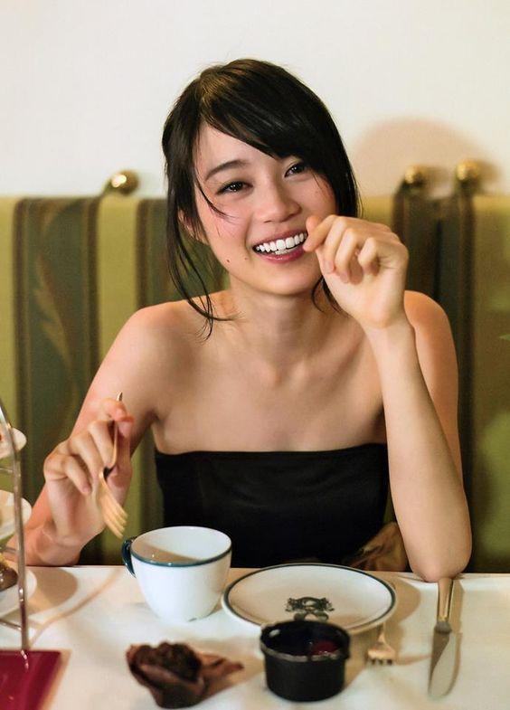 フォークを持つかわいい生田絵梨花