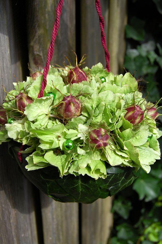 Tasje voor een bruidsmeisje in groen met paars accent van hortensia en nigella. www.meesterlijkgroen.nl