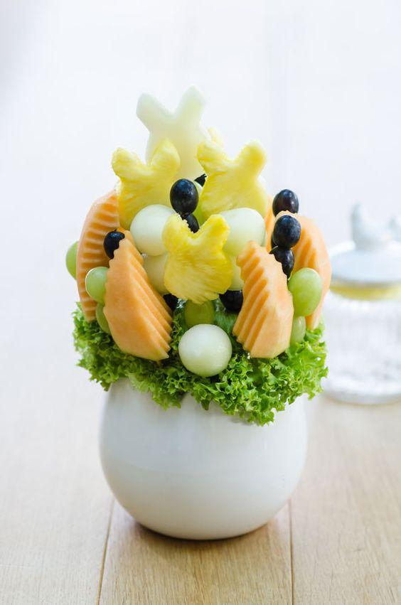 Eine Hommage an den Osterhasen Mit seinen Honigmelonen- und Ananasstücken in Hasenform ist dieses Arrangement ein besonderer Hingucker auf Ihrem Ostertisch. Süß