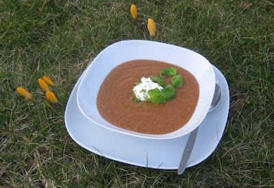 Rote Linsensuppe mit getrockneten Tomaten und Limetten-Schmand - soup of red lentils and dried tomatoes, topped with lime and sour cream
