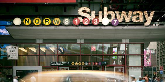 Cuándo en New York los gentes montan el metro porque es modo fácil de tranporte.