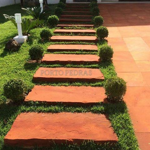 Escada de entrada em Arenito Vermelho lixado! Um tapete vermelho para quem chega em sua casa! #PortoPedras #PortoFeliz  #arenito #arenitovermelho #escada #entrada #elegante #pedra #estilo