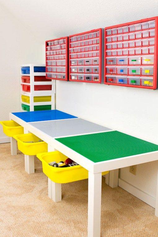 Tafel met bouwplaten voor LEGO en opbergboxen erboven om op te ruimen
