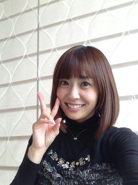 小林麻耶かわいいピース姿で目ぱっちり