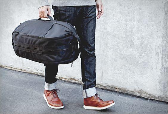 Depois de vender rapidamente seu primeiro lote, a marca sportswear Aer de San Francisco , já está aceitando novas pré-encomendas para a sua mochila Duffel (Duffel pack) VEJA MAIS: http://bit.ly/1z6O0y0