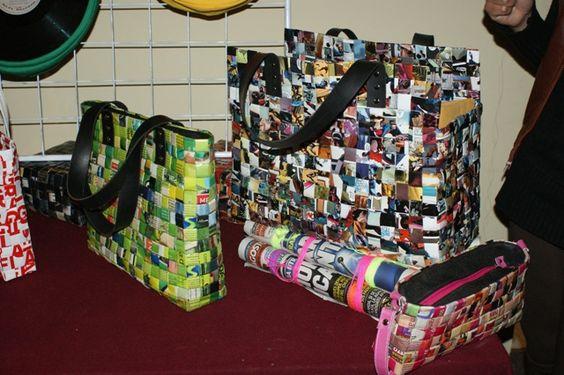 Una buena manera de reciclar el papel de periódico o revistas es elaborando carteras, bolsos, billeteras de papel. by MINAMPERU - 2011, via Flickr