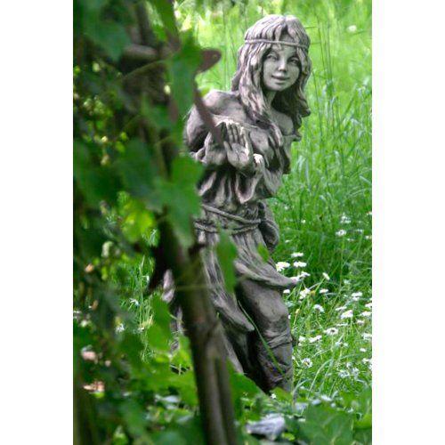 Die Bezaubernde Steinguss Gartenskulptur Gibt Sich Ratselhaft Und Zuruckhaltend Wie Aus Einem Versteck Heraus Wird Gartenskulptur Gartenfiguren Skulpturen