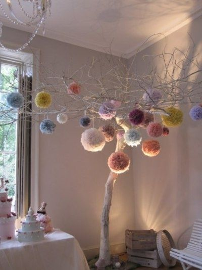 Love pom poms! Might make some for next Christmas...might look good on the tree...great home styling idea if i can find i lovely branch to hang them                                                                                                                                                      Más