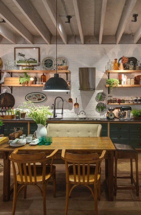 A imensa bancada em estilo campestre tem gavetas verdes com aspecto antigo, mas é equipada com utensílios modernos como a coifa compacta, a geladeira Smeg, o cooktop e as torneiras da Deca, que, por serem maleáveis, podem ser manipuladas e 'levadas' de um lado para outro