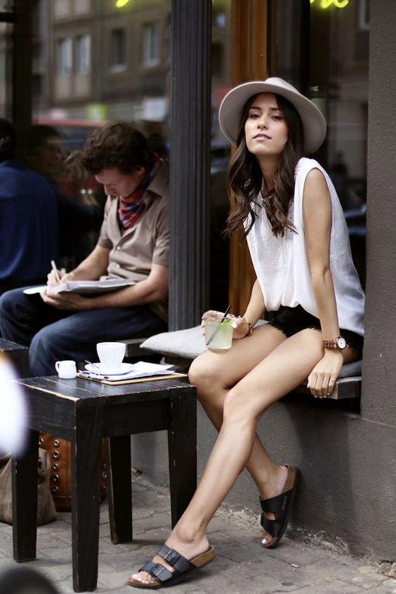Street style #Birkenstock noires. Je les veux: http://www.birkenstock-france.com/sandales-arizona-birkenstock-femme-homme-noir-bk051793.html