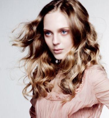 Hairstyle; Długie kręcone włosy