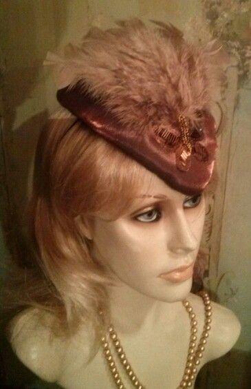 Casquete artesanal vintage com plumas e paetês L.Anne Criações