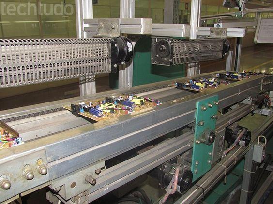 Soldagem das placas é completamente automatizada (Foto: TechTudo/Paulo Alves)