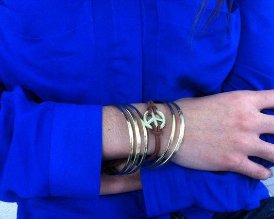 #Accesorios : pulseras doradas, otro de los colores preferidos de la temporada.
