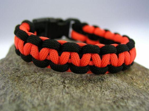 Farbe: schwarz - neon orange    Auch andere Farben sind möglich, siehe Beispielfotos und Shopkategorie Männer / Boys Armbänder)    Länge: Wunschlän...